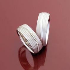 Zum JA-Sagen schön: Die eleganten Trauringe in Weißgold mit Brillantbesatz von Max Kemper bestechen durch außergewöhnliches Design, feinste Verarbeitung und umweltschonende Produktion.