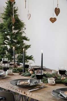 Trendensers natural Christmas table styling with fir tree, walnuts and pine cones.