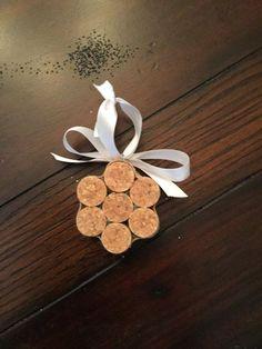 Ces ornements de flocon de neige sont fabriqués à partir de bouchons de vin recyclée. Ils viennent dans des ensembles de 3, et tous les 3 ressemblera à celle sur la photo. Elles sont robustes et maintenue avec de la colle et entouré par collées sur ruban. Ces ornements beau regard sur