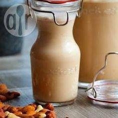Nussmilch aus gerösteten Nüssen / Man kann sich seine eigene laktosefreie Nussmilch ganz einfach selber machen. Wenn man die Nüsse vorher röstet schmecken sie besonders gut. Wenn man den Honig weglässt oder mit Agavendicksaft ersetzt ist die Milch vegan.@ de.allrecipes.com