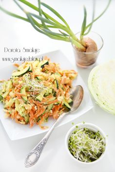 Surówka z młodej kapusty z marchewką i cukinią Paella, Cake Recipes, Cabbage, Curry, Pesto, Vegetables, Ethnic Recipes, Food Cakes, Diet