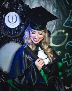 Nursing Graduation Pictures, Graduation Picture Poses, College Graduation Pictures, Graduation Photoshoot, School Portraits, Graduation Photography, Festa Party, Graduation Decorations, Foto Pose