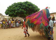 Benin, voodoo i wirujące Zangbeto Voodoo, Dolls, Cool Stuff, Halloween, Dna, Baby Dolls, Puppet, Doll, Baby