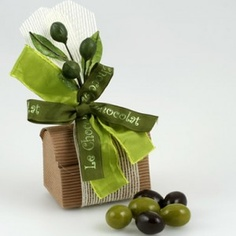 Aceitunas de chocolate - detalle de boda Chocolates, Olives, Creative Area, Place Card Holders, Herbs, Table Decorations, Party, Crafts, Food