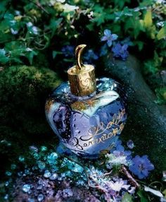 Lolita Lempicka. One of the most unique scents I´ve ever smelled. Licorice and vanilla is such an intresting combination. Sweet and bitter at the same time. Bitter but not in a bad way more like a tarty spice. Im in love with the scent.