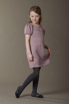 Pige 4-9 år, Kjole med sømandsbobler og pufærmer?  Du kan finde den i min webshop under nyheder http://www.strikkebogen.dk/shop/news-ALL-1.html.