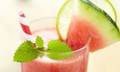Anti-Aging Watermelon Ginger Detox Drink 2 cups fresh watermelon 1 cup fresh or frozen strawberries or blackberries fresh lime (juiced) teaspoon ginger (fresh preferred) cup ice (more if using all fresh fruit) Best Juicing Recipes, Healthy Juice Recipes, Blender Recipes, Healthy Juices, Detox Recipes, Smoothie Recipes, Smoothies Detox, Watermelon Smoothies, Watermelon Lemonade