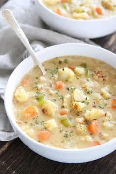 Creamy Roasted Cauliflower Chowder Recipe on twopeasandtheirpo. This creamy and comforting chowder Chowder Recipes, Chili Recipes, Vegetarian Recipes, Cooking Recipes, Healthy Recipes, Chowder Soup, Corn Chowder, Healthy Food, Eating Clean
