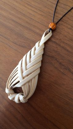 Not sure what material this is made of, but it's a beautiful design - DIY Schmuck Macrame Jewelry, Wire Jewelry, Jewelry Crafts, Handmade Jewelry, Diy Earrings, Leather Earrings, Leather Jewelry, Sewing Leather, Leather Craft