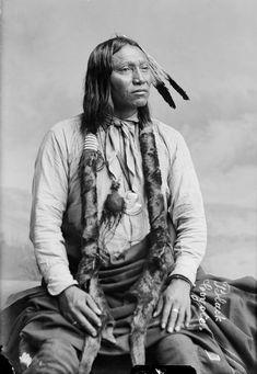Black Coyote, Arapaho, 1891 - Les Arapahos étaient de proches alliés des Cheyennes et généralement des Sioux. Moins belliqueux que les Cheyennes, les Arapahos ont un caractère contemplatif, porté vers la spiritualité,