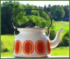 Finel AURINGONKUKKA enamel coffee pot, Esteri Tomula.\\n\\n11.7.2013 20.00 Vintage Kitchenware, Vintage Dishes, Vintage Ceramic, Modern Love, Modern Retro, Ceramic Pottery, Ceramic Art, Enamel Cookware, Cute Kitchen