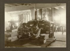 """Beschrijving:  Kartonnagefabriek Meyer & Couvee, Amsterdam  Timmeren van dozen: beide meisjes spijkeren houten dozen in elkaar     Datum: Circa 1919    Uit """"Een zestigtal Rapporten over Huisindustrie in Nederland""""     Cartonnage-arbeid te Weert"""