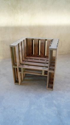 Wood pallet chair in outdoor rest could be made from separate small pieces connected between each other with a durable rope. Hang such wood pallet chair on tall tree and enjoy. Wood Pallet Chair updated: February 2017 by author: Linda Carpenter Wooden Pallet Projects, Wooden Pallet Furniture, Pallet Crafts, Wooden Pallets, Wood Crafts, Diy Projects, Diy Pallet, Pallet Wood, Pallet Size