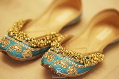bride shoes kusssa with gungroo Wed Me Good Punjabi Fashion, Indian Bridal Fashion, Bollywood Fashion, Indian Look, Indian Wear, Bridal Shoes, Wedding Shoes, Bridal Gowns, Indian Shoes