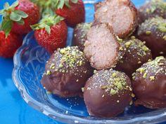 #Σοκολατάκια με φραουλένιο #χαλβά #nistisima #fraoules #nostimiesgiaolous Chocolate Caramels, Sweet Recipes, Muffin, Breakfast, Ethnic Recipes, Food, Chocolates, Greek, Morning Coffee