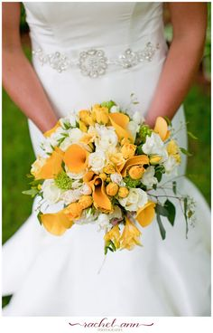 Rachel Ann Photography | Bride Meets Wedding Vendor | Gorgeous yellow and white bridal bouquet | Wisconsin Wedding