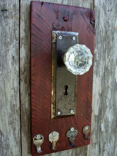 Love the use of old keys as hooks! Decorative Rustic Key Rack using a glass door knob, antique door plate and repurposed keys Door Knobs Crafts, Antique Door Knobs, Glass Door Knobs, Antique Doors, Antique Metal, Porte Diy, Wood Crafts, Diy Crafts, Old Key Crafts