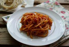 I pici all' aglione sono un primo piatto tipico della regione Toscana, realizzato con pici e un sugo di pomodoro, fresco o in scatola, e aglio.