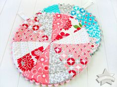 ScrapBusters: Patchwork Trivets with Circular Quilting. Christmas Trivets as gifts could be made out of Christmas fabrics. Sewing Patterns Free, Free Sewing, Quilt Patterns, Free Pattern, Potholder Patterns, Sewing Projects For Beginners, Sewing Tutorials, Sewing Crafts, Cute Mug