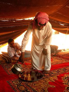 L'heure du thé sous la tente d'un bédouin dans le désert de Wadi Rum en Jordanie. http://atypika.ca/