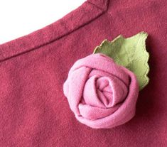 I made this little rose from scraps left over from another project . The fabric is knit jersey. Zipper Flowers, Felt Flowers, Diy Flowers, Crochet Flowers, Fabric Roses, Fabric Ribbon, Felt Fabric, Fabric Flower Tutorial, Rose Tutorial