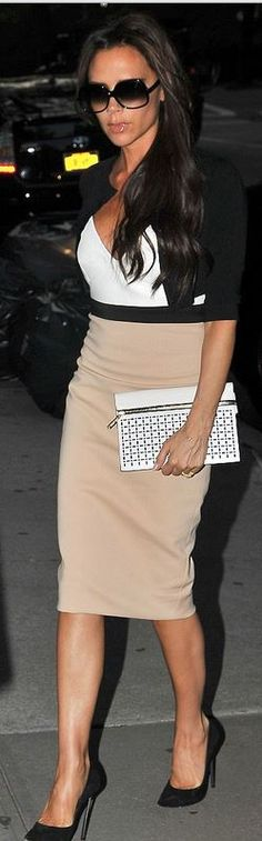 Who made Victoria Beckham's white clutch handbag, nude skirt, white top, and black sunglasses that she wore in New York? Sunglasses – Culter & Gross Dress and purse – Victoria Beckham Collection David E Victoria Beckham, Victoria Beckham Style, Work Fashion, Fashion Show, Fashion Styles, Celebridades Fashion, Victoria Beckham Collection, Nude Skirt, Victoria Fashion