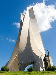 Argelia Monumento a los Mártires Conmemorativo a los caídos en la guerra por la independencia de Argelia. Se inauguró en 1982, coincidiendo con el 20º aniversario de la Independencia del país.