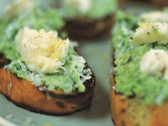 Crushed peas & mozzarella on toast with pecorino recipe Scottish Recipes, Turkish Recipes, Romanian Recipes, Canapes Recipes, Appetizer Recipes, Gordon Ramsay Dishes, Veggie Recipes, Veggie Meals, Vegetarian Recipes