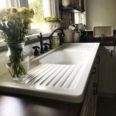 Update your kitchen with these 15 sleek sink and faucet styles This sink features not one, but two integrated drainboards. Always aspired to learn how to knit, yet not certain where d. Vintage Kitchen Sink, Vintage Farmhouse Sink, Vintage Sink, Kitchen Sink Design, Farmhouse Sink Kitchen, Kitchen Redo, Country Kitchen, New Kitchen, Kitchen Remodel