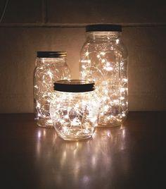 Super simple à fabriquer soi-même et tellement dans l'esprit de Noël ! On adore cette décoration lumineuse avec des mini guirlandes LED dans des bocaux en verre ou des mason jars