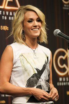 carrie underwood short haircut carrie underwood amp sam hunt s grammys 2016 duet 2286 | ec52333645968f0f88995f060ec7de82