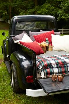 One of my favorite places to have a picnic 💜🍷 Old Trucks, Pickup Trucks, Vintage Trucks, Farm Trucks, Jeep Pickup, Comida Picnic, Cute Date Ideas, Auto Retro, Perfect Date