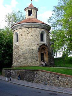 Rotunda św. Marcina – WyszehradC.charakterystyczne : małe okna , ciężkie mury , kamień