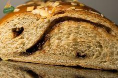 Τσουρέκια γεμιστά με Πραλίνα Φουντουκιού Sweets, Bread, Food, Gummi Candy, Candy, Brot, Essen, Goodies, Baking