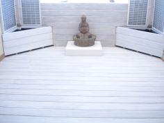 Tarima de madera tropical lasurada en colora blanco, para diseño de una zona chil-out.