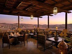 Arabischer Luxus in der Wüste vor den Toren von Abu Dhabi. Das Qasr Al Sarab Desert Resort by Antara ist ein Wüsten-Resort der Extraklasse. Mehr Infos: http://www.itravel.de/Vereinigte-Arabische-Emirate/Qasr-Al-Sarab-Desert-Resort-by-Anantara/5450/?utm_source=Pinterest&utm_medium=Socialmedia&utm_campaign=Pinterest