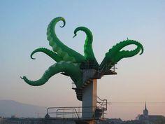 Lesinstallations urbaines de l'artiste anglaisFilthy Luker qui peuple la ville de tentacules, de pigeons rappeurs, de paires d'yeux géants ou de peaux de b