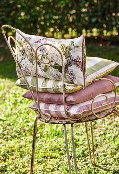 Kissen mit blühendem Flieder und passendes Streifenkissen : Balcone, Veranda & Terrazza in stile moderno di APELT STOFFE