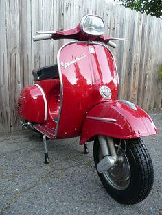 Vespa SS180. Één van de zeldzaamste modellen van de beroemde Vespa scooters. Een herkenbare klassieker met zijn unieke hoekige koplamp. De mijne wacht al jaren op restauratie.