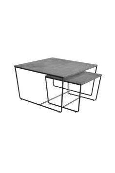 Settbord i to deler, et større og et mindre, som kan plasseres separat eller sammen. Understell av pulverlakket metall og plate av herdet glass med betongfarget bunn. Mål på det større bordet: 75x75 cm, høyde 43 cm. Mål på det mindre bordet: 50x50 cm, høyde 35 cm. Leveres umontert. Vekt 24 kg. Les mer under «Levering».
