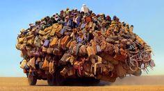 Montados em pneus, vemos um caminhão com mochilas, colchonetes, cadeiras de plástico, bicicletas.  Em cima pilhas de corpos, pernas balançando para melhor se instalar, forrando os lados da pirâmide. Impossível dizer quantos nigerianos ilegais começam aqui a sua jornada. A Nigéria, em seguida, um longo caminho para a Argélia: de dia, o Saara é uma brasa.   https://plus.google.com/114397422423346270759/posts/CaetBVXdm6x