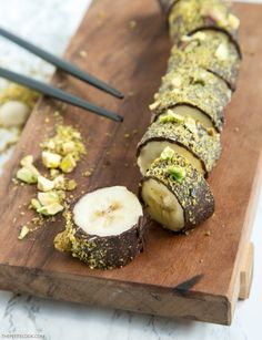 Pistachio Chocolate Banana Sushi - All you need is just 3 ingredients and 15 minutes to make this easy dessert that is naturally gluten-free, dairy-free and vegan! Recipe by http://thepetitecook.com