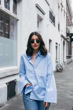 A couple of seasons ago a new trend emerged & it has slowly become more popular. Which trend am I talking about? The bigger the better! Blue Shirt Outfits, Casual Outfits, New Trends, Womens Fashion, Boyish, Paris Street, How To Wear, Street Styles, Clothes