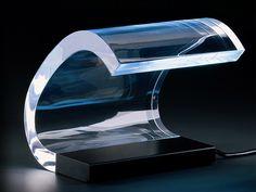 Clásicos: Lámpara de mesa acrílica de Joe Colombo. La lámpara de mesa modelo 281, diseñada por Joe Colombo, para la marca O-luce, en base a su experimentación con la difracción de la luz utilizando a través del acrílico.