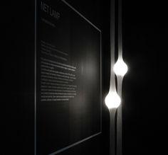 A luminária Netlamp, feita pelo designer japonês Ryosuke Fukusada, é inovadora. Feita com malha metálica, um globo plástico e luzes LED.