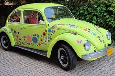 Flowery Make-over car stickers Vw Bus, Vw Volkswagen, Hippie Car, Hippie Life, Bug Car, Motorcycle Camping, Vw Beetles, Beetle Bug, Cute Cars