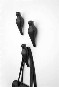 Ripusta vaatteesi kauniiseen keramiikkakoukkuun Birds On A Wire. Se on saatavana joko mustana tai valkoisena ja on puhelinlangalla istuvan linnun muotoinen. Design Jantze Brogård Asshoff - JAB Design.