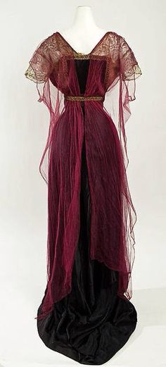 Historische Kleidung I fully adore the wealthy burgundy hue of this elegant Edwardian night robe, 19 Edwardian Dress, Edwardian Fashion, Vintage Fashion, Edwardian Era, Vintage Beauty, 1920s Dress, Victorian Evening Gown, Victorian Dresses, Victorian Gothic