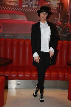 żakiet Zara, koszula Zara, leginsy z lampasem Reserved, melonik, buty retro