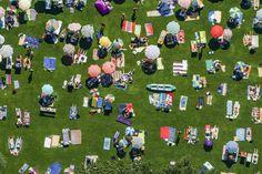 An einem heißen Augusttag im Jahr 2002 zieht es viele Menschen ins Strandbad Eichwald in Lindau am Bodensee. Das Thermometer zeigt an diesem Tag bis zu 30 Grad Celsius an. Nach einem erfrischenden Bad im Wasser des Bodensees lassen sich nur wenige von der Sonne bräunen. Die meisten Menschen suchen Schutz im Schatten der alten Bäume oder unter den mitgebrachten Sonnenschirmen.